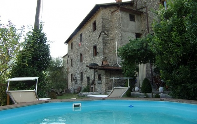 Rural residence with 3 stone buildings, woodland and stupendous views! Gallicano, Garfagnana.