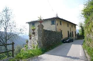 foto Nelle colline Lucchesi sopra Bagni di Lucca, villa padronale settecentesca con 13,500mq di terreno e due edifici annessi.