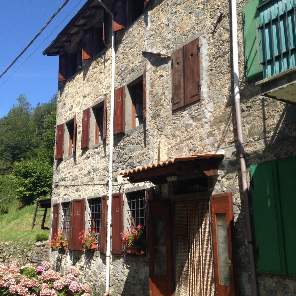 foto Casa rustica ubicata nel parco delle Alpi Apuane, la casa e posta…