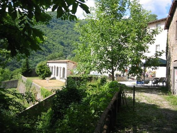 foto Villa di campagna dell'artista con vista panoramica e giardini…