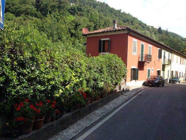 foto Piacevole casa di circa 235 mq. posta nelle vicinanze del torrente Corsonna con vari giardini e terrazze che completano il bene.