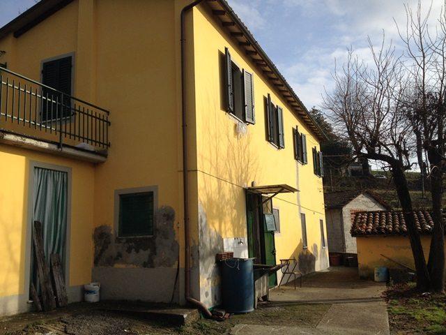 foto Casa rurale, abitabile, vicino al centro storico di Barga, Lucca.