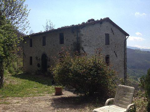 foto Casa rurale in posizione panoramica con due fienili, giardino e terreno di circa 9.5 ettari.