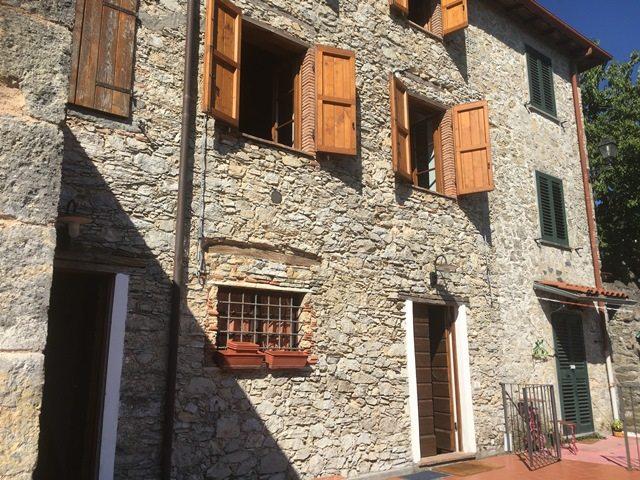 foto Due unità abitative adiacenti ristrutturate situate in Vergemoli, Lucca.