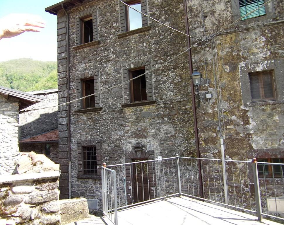 foto Casa di paese posta su tre piani con terrezza