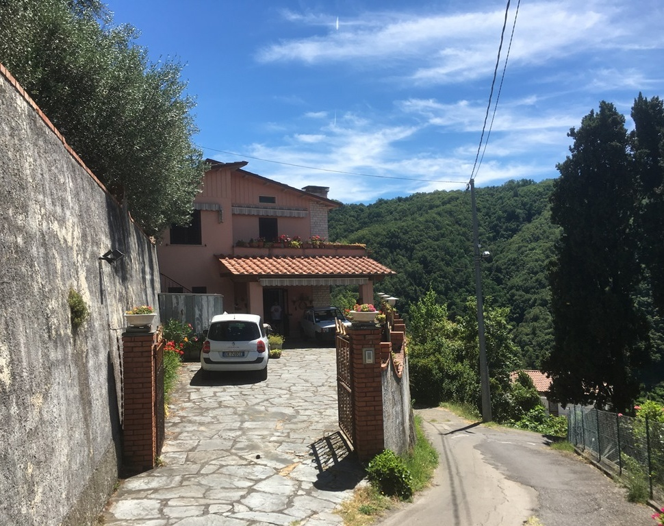 foto Casa posta su due livelli con giardino e muro di confine situata a Pian di Coreglia.