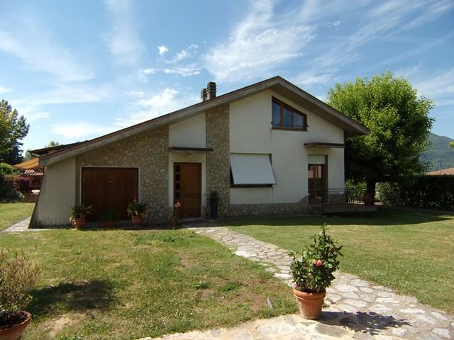 foto Casa indipendente con grande giardino, piscina, edifici annessi e garage, in una tranquilla zona di Barga, Lucca.