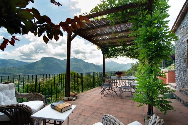 foto Ex fienile *ristrutturato*, posto su due livelli, con terreno, piscina e terrazza panoramica con pergolato, situato nel comune di Barga, Lucca.