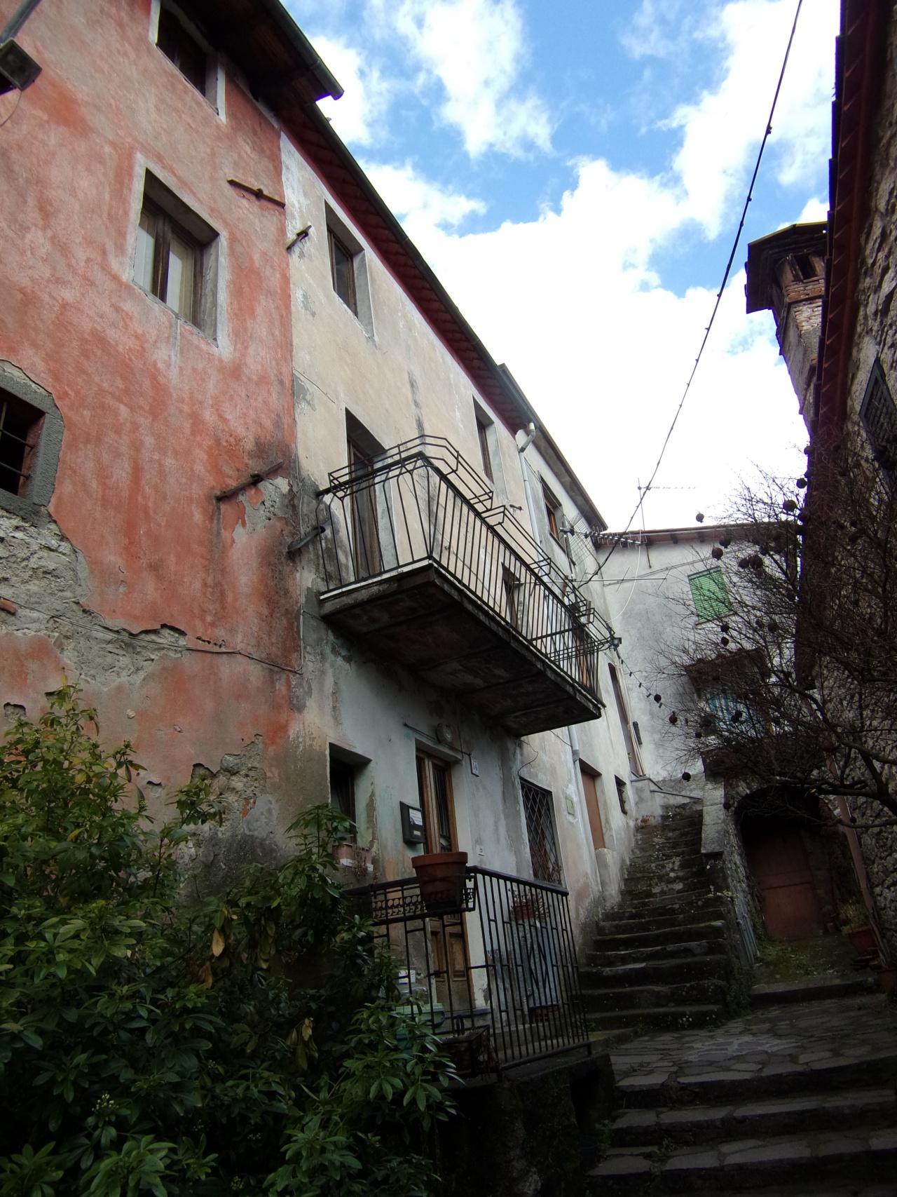foto Casa di paese con balconcino, posta su tre livelli, situata nel borgo di Cardoso, comune di Gallicano, Lucca.
