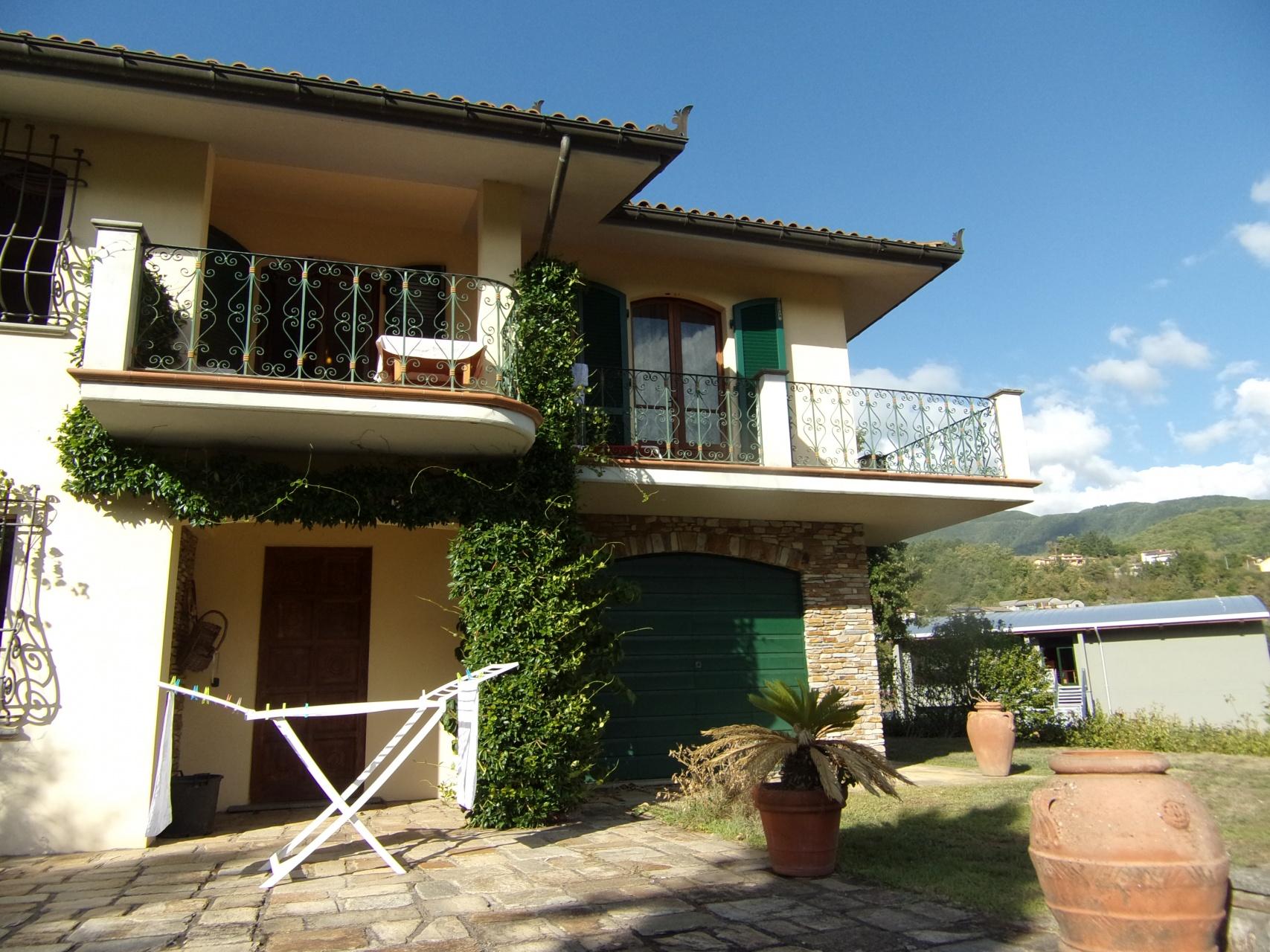 foto Villa di circa 500mq posta su tre livelli, con garage e circa *3000mq di terreno*, situata a Piazza al Serchio,in Garfagnana, Lucca.