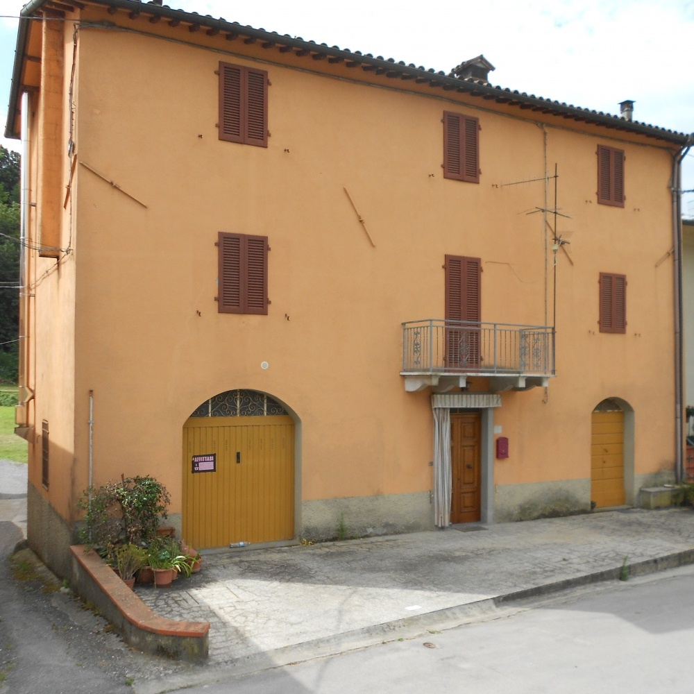 foto Nelle immediate vicinanze di Barga, in località Diversi, antica casa colonica indipendente terratetto, costituito da pian terreno, piano primo e secondo.