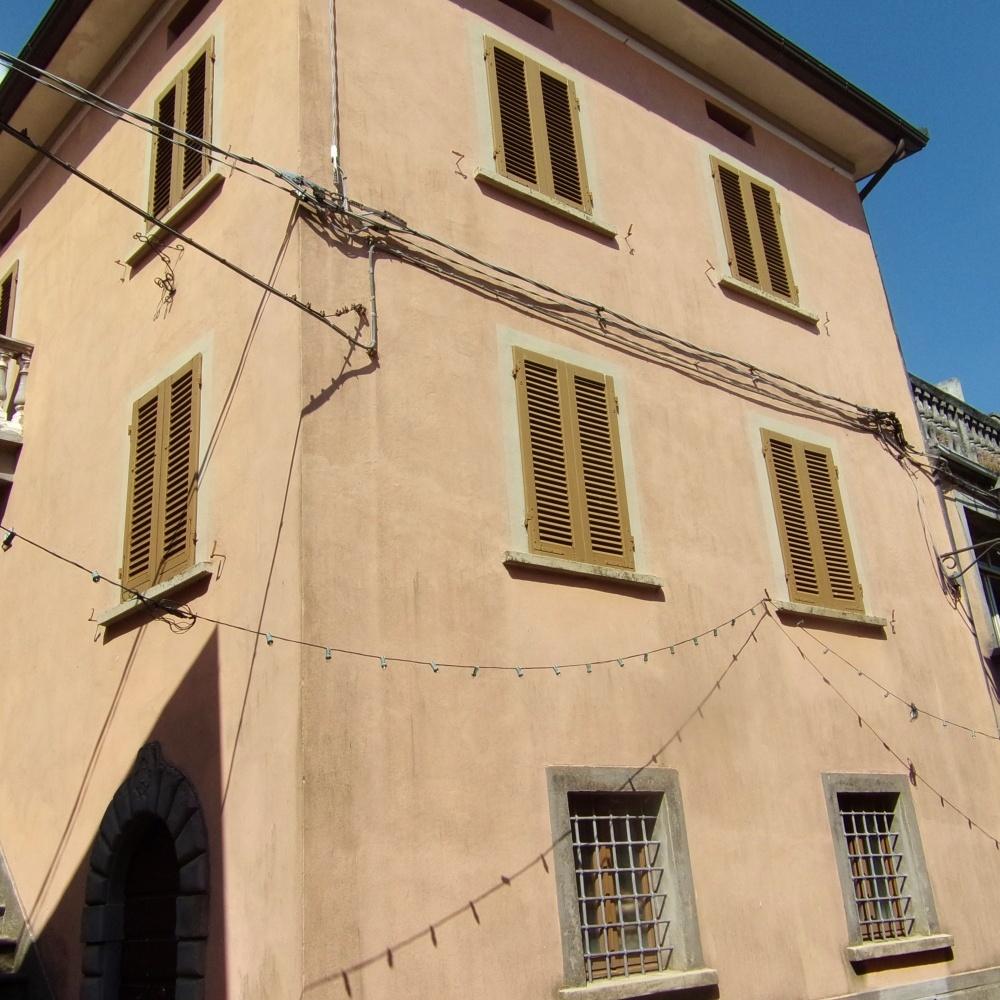 foto Casa di paese con soleggiata terrazza panoramica e balcone, nel borgo di Cardoso, frazione di Gallicano in Garfagnana, Lucca.