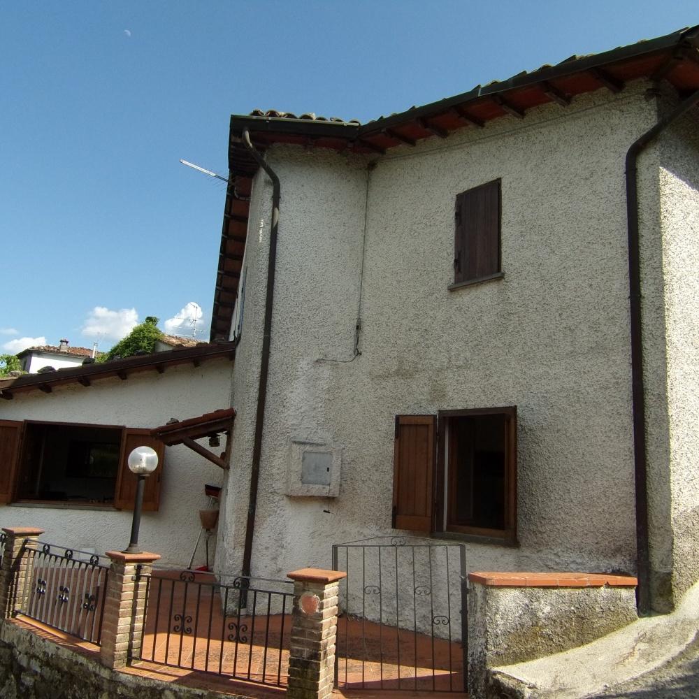 foto Casa indipendente recentemente ristrutturata, posta su tre livelli, con posto auto privato e spazi esterni, situata a Cardoso, nel comune di Gallicano, Lucca.
