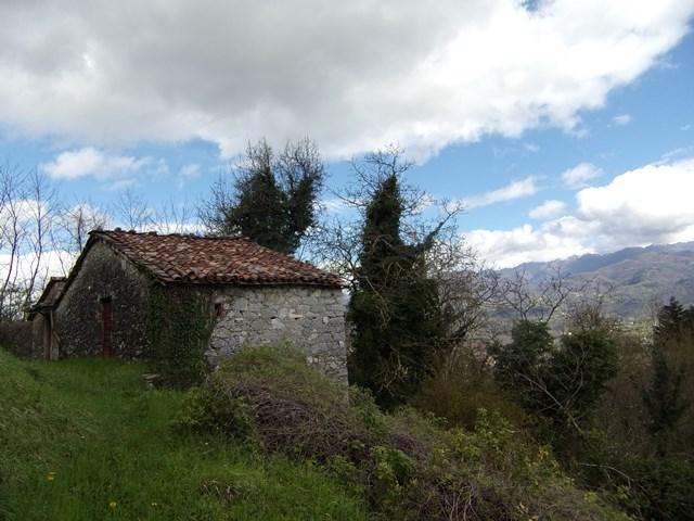 foto Antico edificio in pietra, disposto su due piani, situato a Cardoso, nel comune di Gallicano, Lucca.
