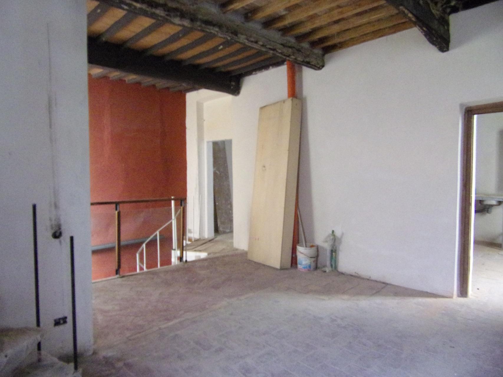 foto Potenziale atelier su tre livelli con due ingressi indipendenti, situato nel centro storico di Barga, Lucca.