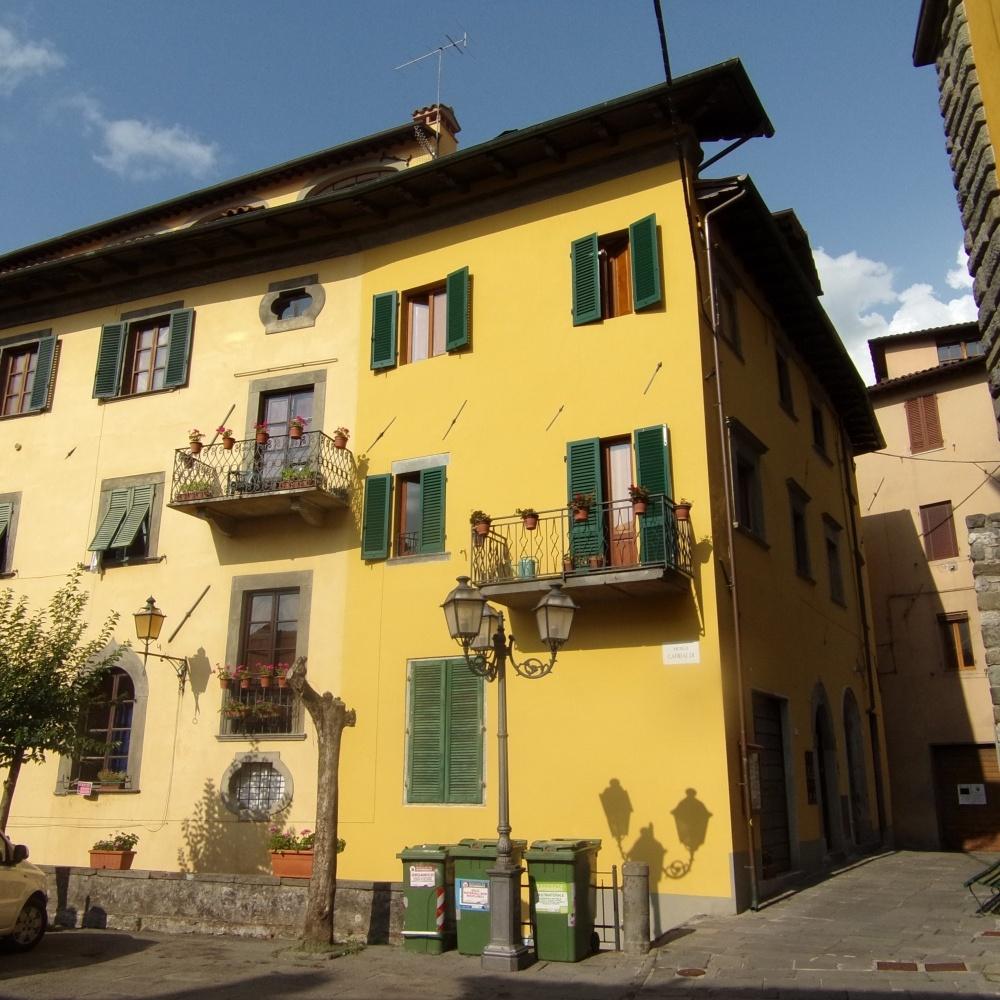 foto Questa piacevole casa di città, affaccia su Piazza Garibaldi , si sviluppa su 4 livelli situati nel centro storico di Barga,  Lucca.