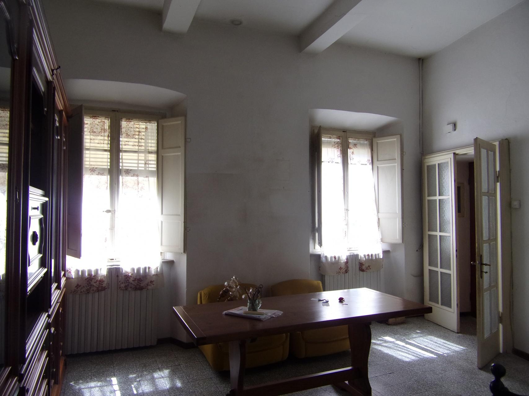 foto Spazioso appartamento al primo piano che necessita di alcuni restauri posto nel centro storico di Barga, Lucca.