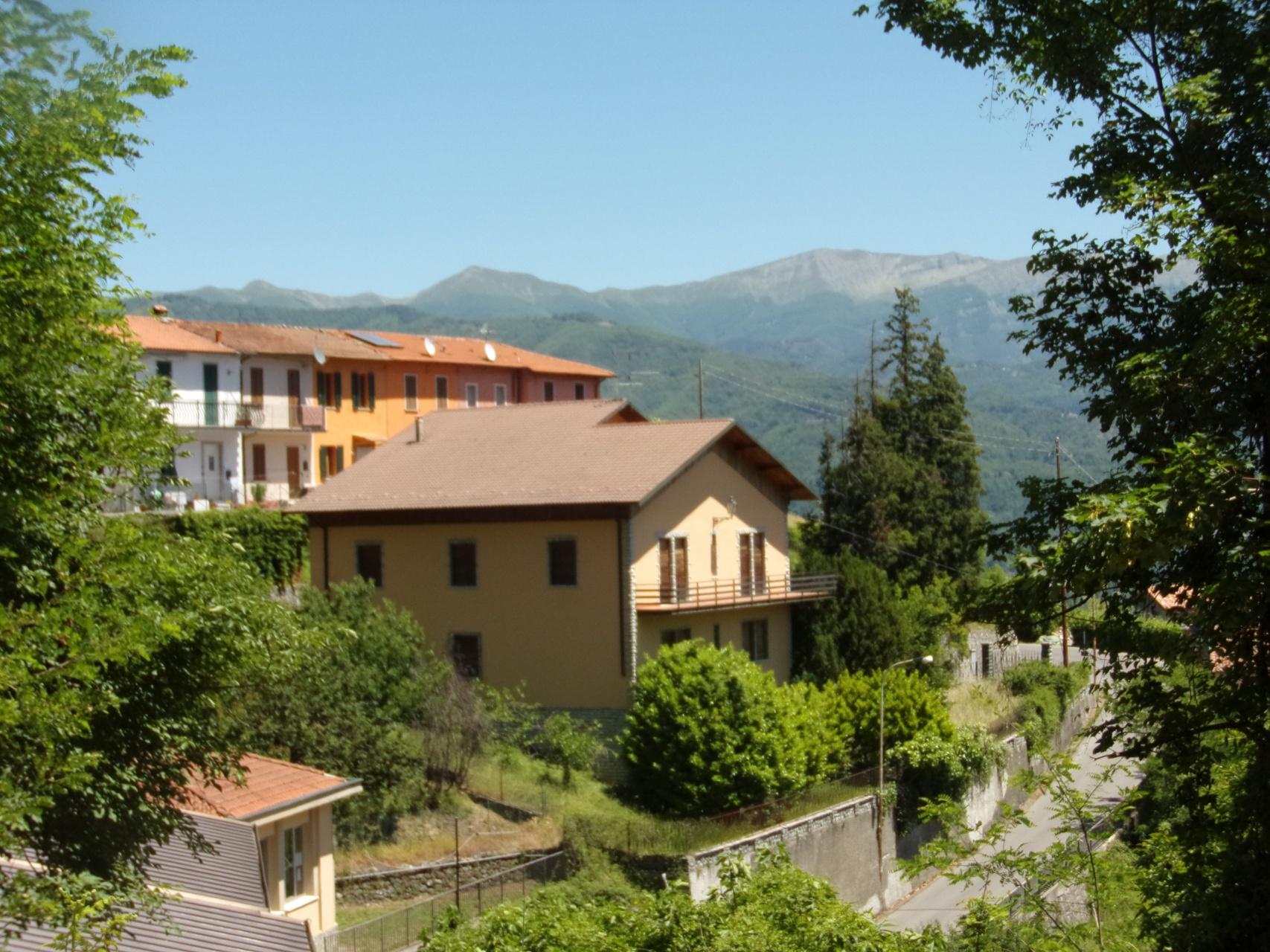 foto Grande casa in posizione panoramica nel paese di Molazzana, Lucca.