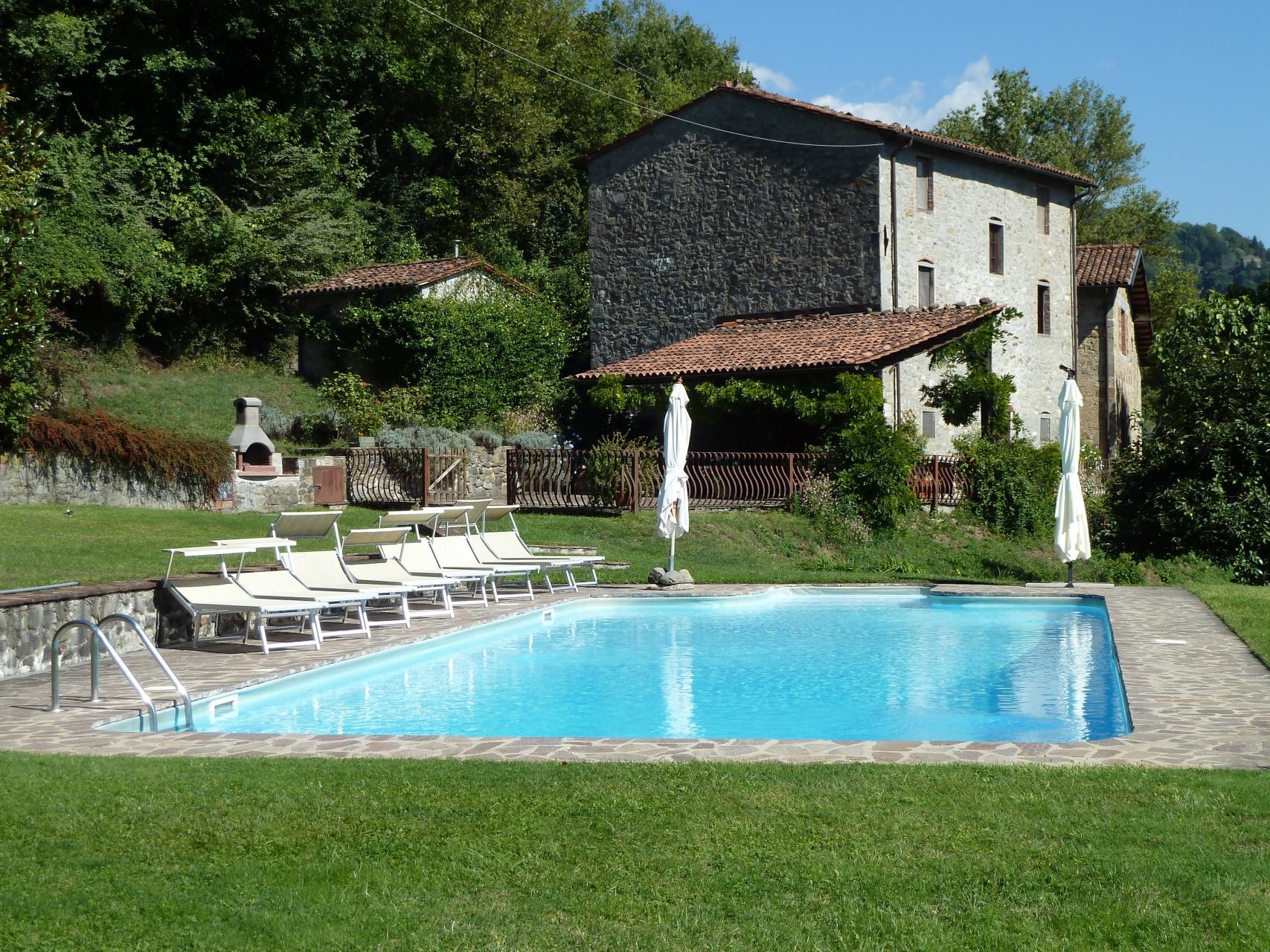 foto Casale ristrutturato con piscina, Barga, Lucca